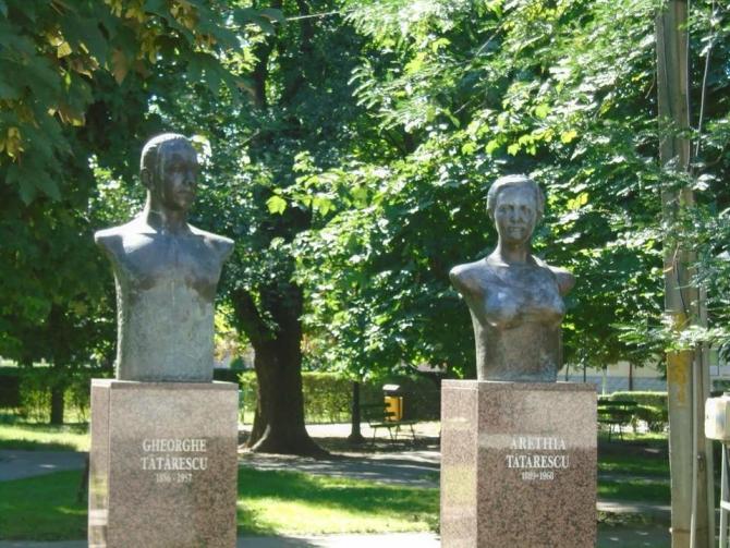 Statuile șotilor Tătărescu. Sursa: Europa Fm