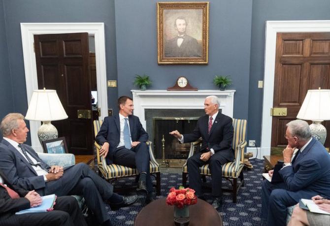 Jeremy Hunt și vicepreşedintele Mike Pence. foto: Twitter / @Jeremy_Hunt