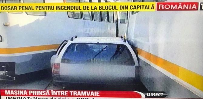 Mașină blocată între tramvaie