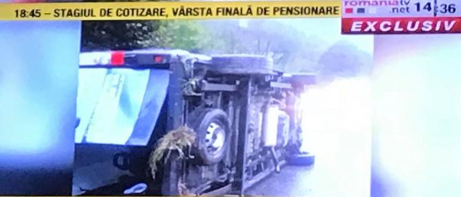 Microbuz cu pasageri răsturnat