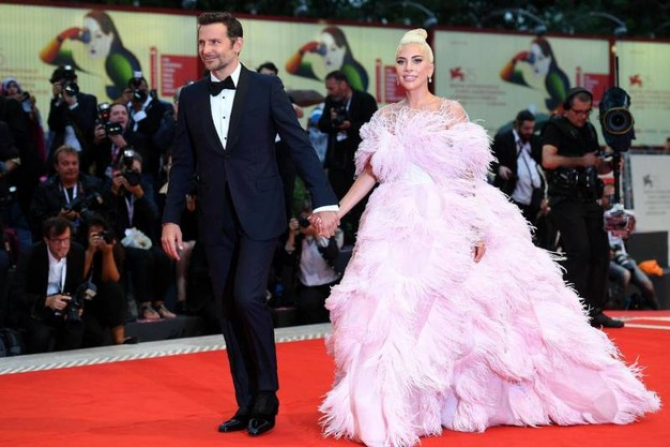 Lady Gaga și Bradley Cooper pe covorul roșu