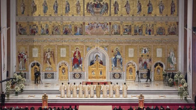 Credincioșii, încă mai pot intra în altarul Catedralei Neamului. Foto: basilica.ro