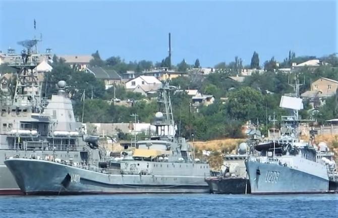 Navele ucrainene arestate, păzite de militari ruși în peninsula Crimeea