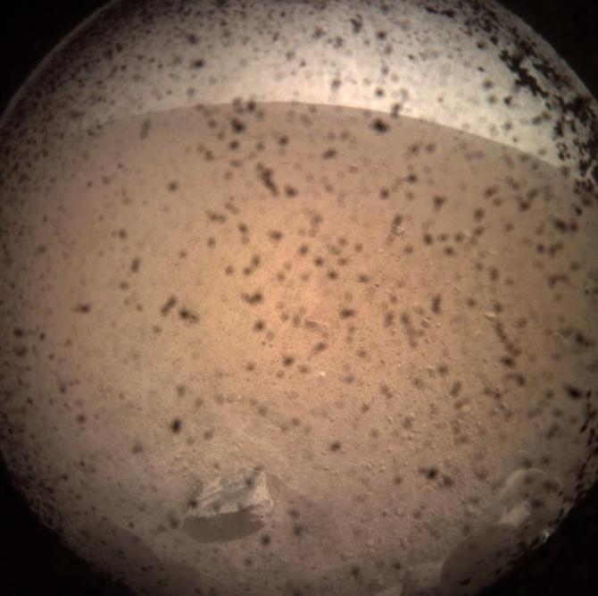 Sonda spaţială InSight, primul sefie de pe Marte. foto: space.com