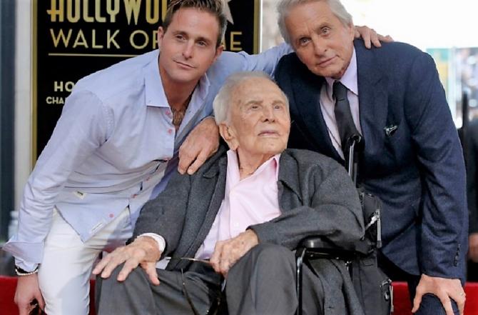 Kirk Douglas, alături de fiul Michael și nepotul Cameron