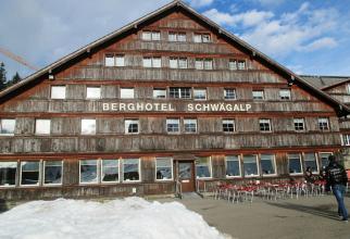Avalanșă în Alpi. Hotel îngropat în zăpadă, turiști răniți