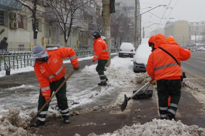 Operatorii degajează zăpada de pe trotuarele care aparțin domeniului public
