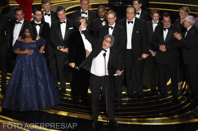 """Peter Farrelly și echipa sa în momentul decernării Oscarului pentru """"Green Book"""", cel mai bun film"""