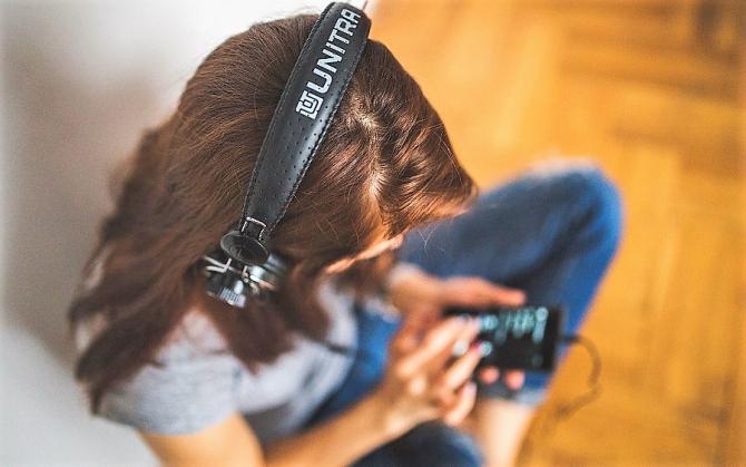 Avertisment OMS pentru utilizatorilor de smartphone şi MP3