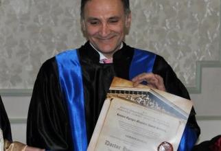 Prof.dr. Horatiu Roman în momentul decernării titlului de Doctor Honoris Causa. Foto: UMF Carol Davila