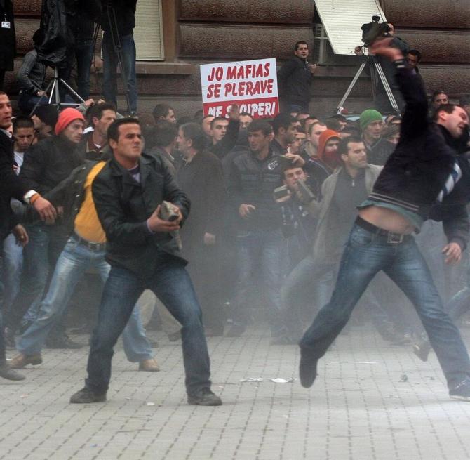 Cladirea Parlamentului de la Tirana este sub asediu