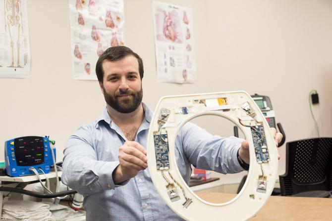 Nicholas Conn și scaunul de toaletă care monitorizează insuficiența cardiacă congestivă. Foto: Rochester Institute of Technology