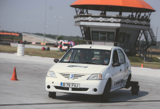 La cursul de conducere defensivă înveți să redresezi mașina aflată în derapaj