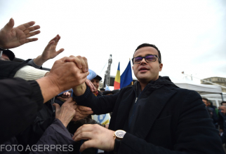 Mihai Gadea, alaturi de mai multe persoane, participa la mitingul 'Libertatea presei in pericol' organizat de SC Antena 3 SA in Piata Constitutiei din Capitala