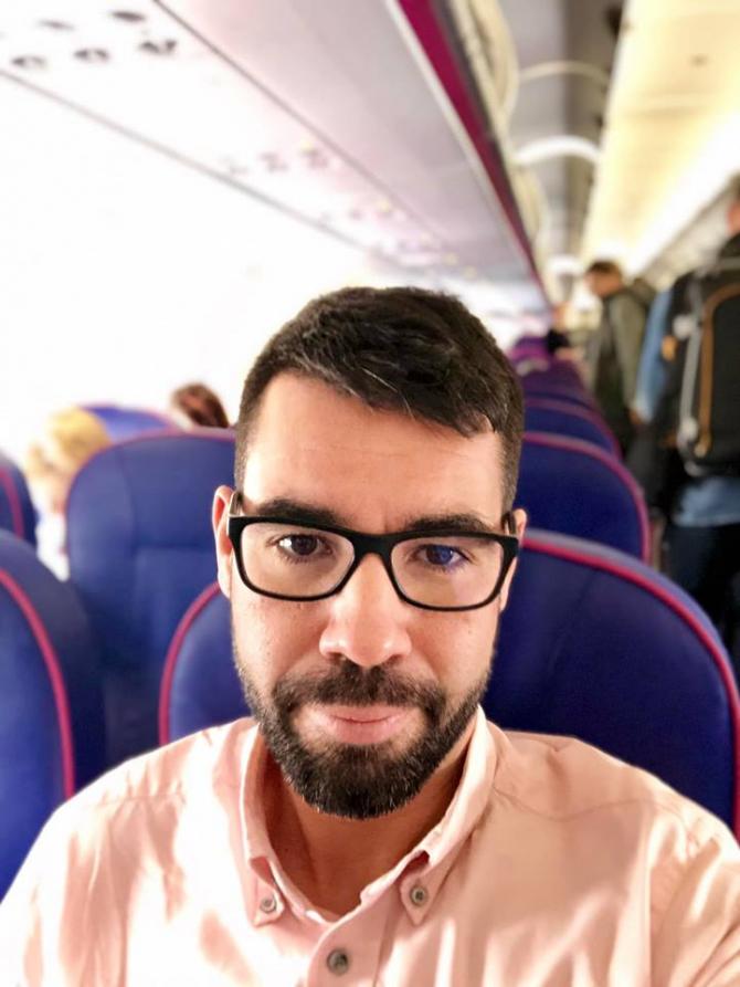 Alex Coita pleacă din România. Fotografie din avion. Foto: Facebook / Alex Coita