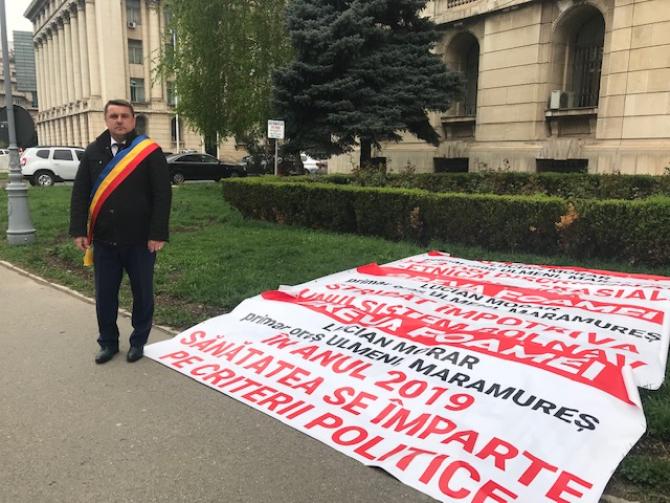 Primarul din Ulmeni, în greva foamei în fața Ministerului Sănătății