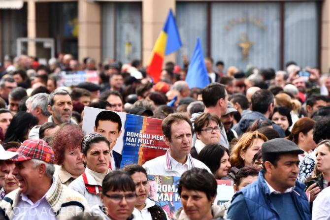 Mai multe persoane participa la mitingul organizat de PSD, pentru prezentarea candidatilor la alegerile europarlamentare 2019, la Craiova.