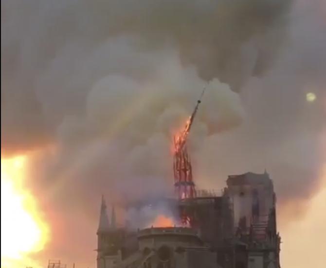 Momentul prăbușirii turnului Catedralei Notre-Dame