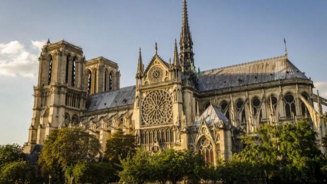 Victor Hugo este cel care a avertizat opinia publică franceză în legătură cu riscul de distrugere a celebrei catedrale