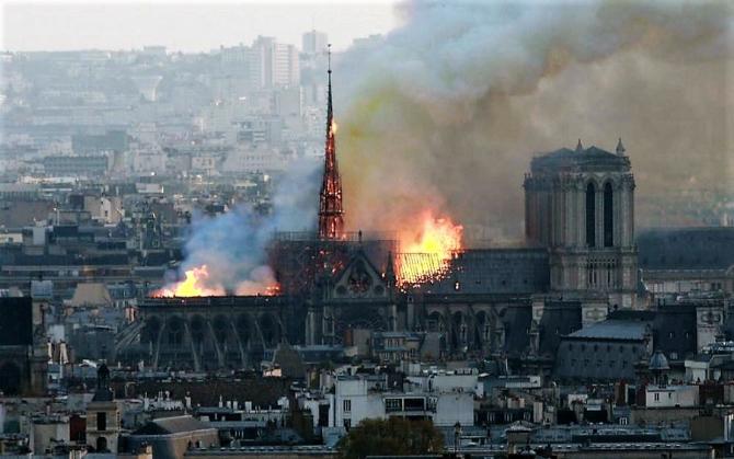 Notre Dame, Paris, incendiu acoperis