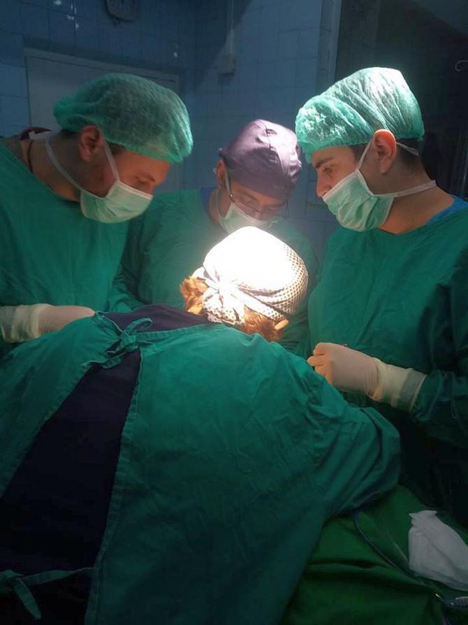 9 ore s-au străduit medicii să scoată complet tumora tiroidiană gigantă din gătul femeii. Foto. SUUB