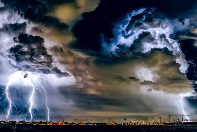 Furtună cu fulgere și tunete