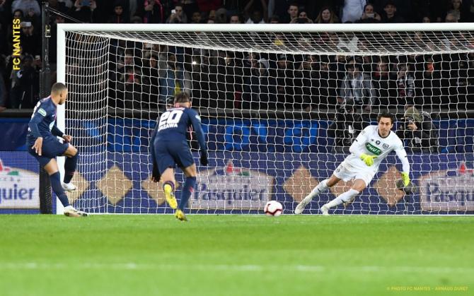 Tătărușanu apără un penalty, dar Nantes cedează la PSG. foto: fcnantes.com