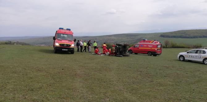 Tractor răsturnat peste un tânăr. FOTO: IPJ Sibiu