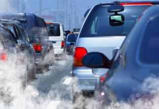 Mașini în trafic, poluare