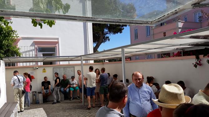 Vot diaspora. Românii stau la coadă pentru a vota la Lisabona.