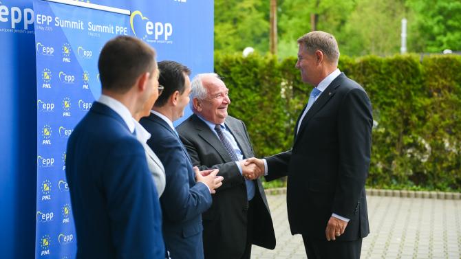 Klaus Iohannis dă mâna cu Joseph Daul, la Sibiu