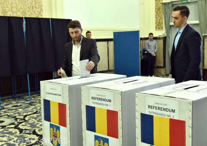 Conferinta de presa organizata de Autoritatea Electorala Permanenta (AEP), in cadrul careia are si o simulare a votarii intr-o sectie de votare amenajata ad-hoc pentru alegerile europarlamentare si referendumul national din data de 26 mai 2019.
