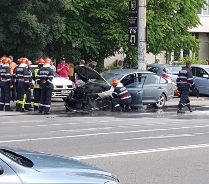Incendiu autoturism pe Calea Griviței. FOTO: cititor DCNews