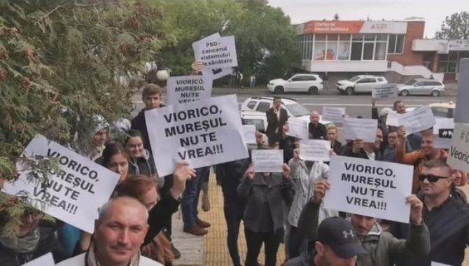 Viorica Dancila, asteptata de un grup de protestatari la Targu Mures