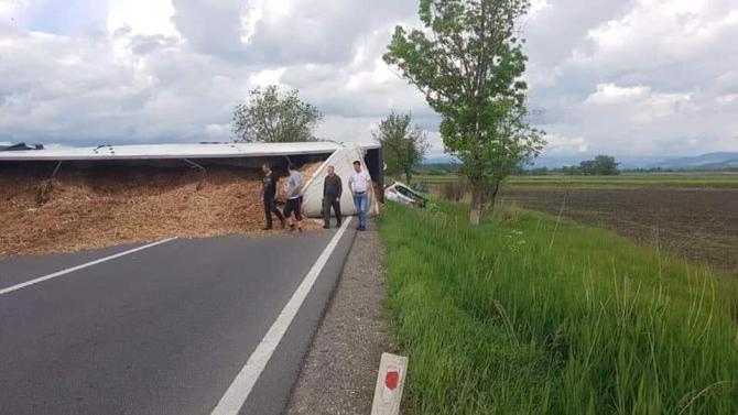 TIR răsturnat pe șosea în județul Mureș. FOTO: Facebook