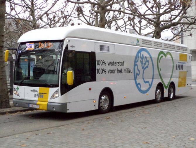 Autobuzul folosește hidrogenul drept combustibil
