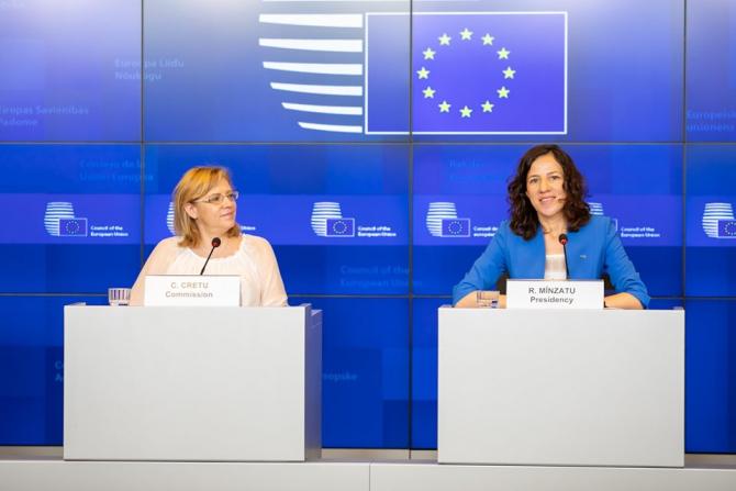 Corina Crețu, alături de Roxana Mînzatu