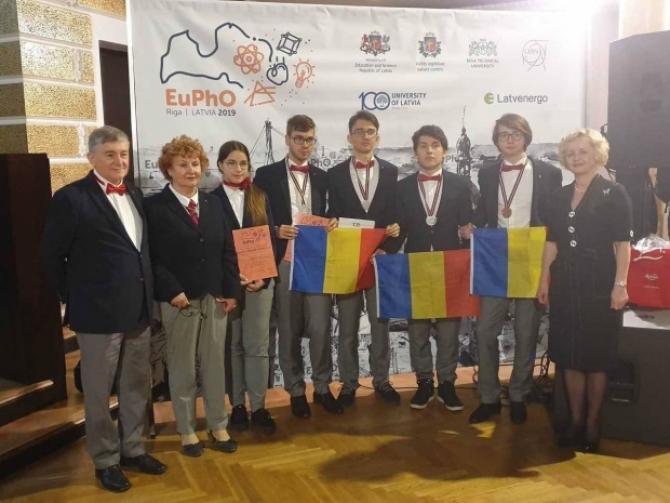 Elevii români, medaliaţi la Olimpiada de Fizică. Foto: MEN