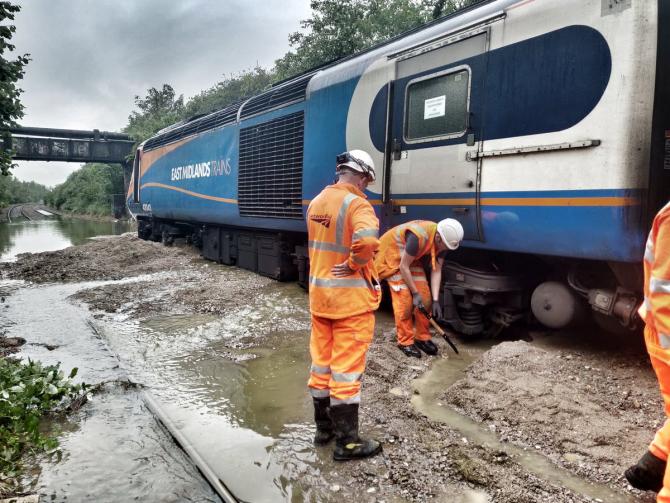 Sute de pasageri au rămas blocați în trenuri