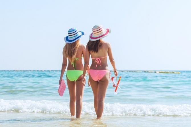Femei în costume de baie, pe plajă