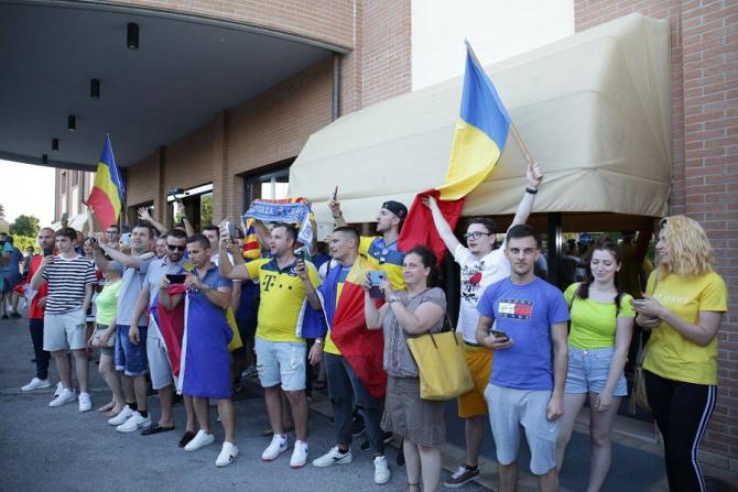 Suporteri români la Forli, la sosirea nationalei de tineret în cantonament