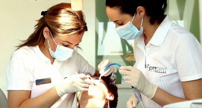 Dacă nu ai grijă vara de dantura ta, vei ajunge cu probleme mari pe scaunul de la stomatolog. Foto:Citydent