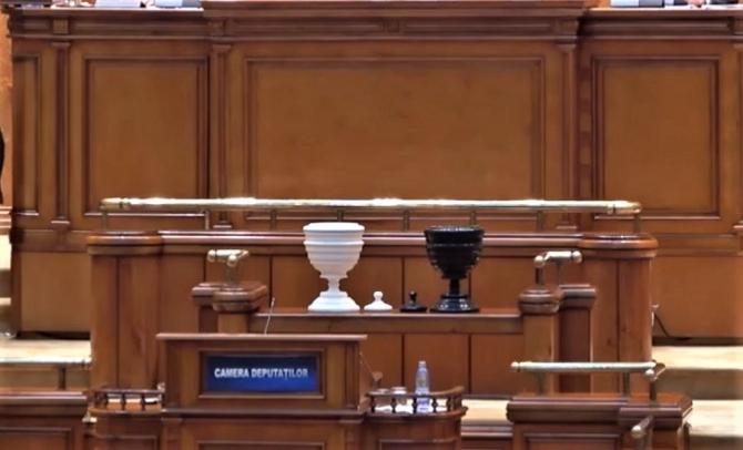 Moțiunea de cenzură, citită în Parlament