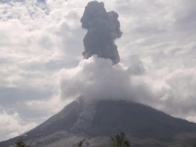 Vulcanul Sinabung a început să arunce în aer cenușă. Autoritățile avertizează asupra unei erupții iminente