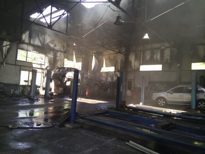 Incendiu service auto Dacia. FOTO: ISU Hunedoara