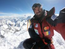 Alex Găvan a cucerit Gasherbrum 2. În depărtare se vede K2 (8611m). foto: alexgavan.ro