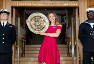 Simona Halep prezintă trofeul de la Wimbledon 2019. foto: @simonahalep - FB via AELTC
