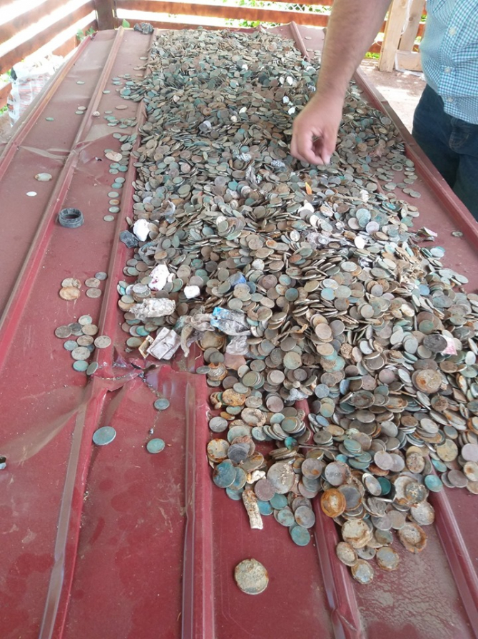 Monede colectate din Peştera Urşilor. Sursa Foto: Facebook Radio România Actualităţi