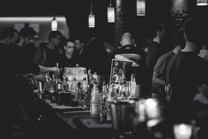 Alcoolul nu dezinfectează tot: te poți contamina cu Norovirus de la bar