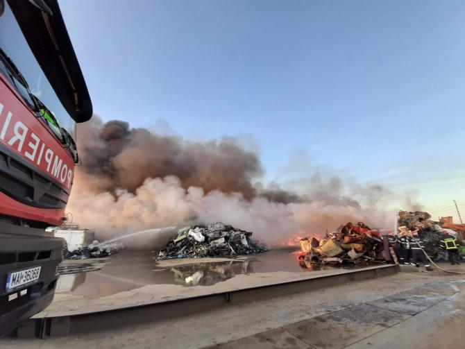 Incendiu violent la un depozit din Buzău. FOTO: ISU Buzău